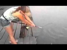 RENOVAÇÃO: Mulher pescando um peixe monstro.... Muitos pescad...