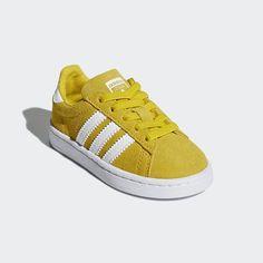 adidas Campus startet livet som en stilig basketsko. Denne versjonen er en moderne nytolkning, og kommer i småbarnsstørrelse. Den har en semsket overdel med et robust tåområde i kanvas og praktiske, elastiske lisser. Autentiske designelementer holder paret tro mot den originale Campus-stilen. Adidas Campus, Adidas Samba, Adidas Sneakers, Shopping, Fashion, Moda, Fashion Styles, Fashion Illustrations, Adidas Shoes