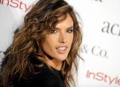 Heiß, heißer, Alessandra Ambrosio. Das Topmodel ließ jetzt fürs brasilianische TV die Hüllen fallen.