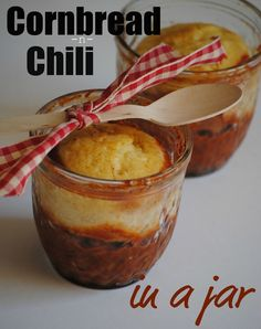 The Farm Girl Recipes: Chili-n-Cornbread in a Jar This gal has a great web site full of Cute down to earth foods and other stuff Mason Jar Lunch, Mason Jar Desserts, Mason Jar Meals, Meals In A Jar, Mason Jars, Canning Jars, The Farm, Cake In A Jar, Dessert In A Jar