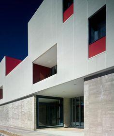 Modulación, precisión y orden de la mano de Landínez + Rey Arquitectos | NAN Construcción Rey, Garage Doors, Abstract, Outdoor Decor, Artwork, Home Decor, Brick, Walls, Architects