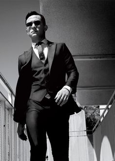 Joseph Gordon-Levitt rocking a three piece suit. He is the perfect example of how a custom suit looks much better on you. Joseph Gordon Levitt, Gq Style, Looks Style, Sharp Dressed Man, Well Dressed Men, How To Have Style, How To Look Better, Three Piece Suit, 3 Piece