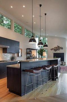 Dunkelgraue Küche, weiße Wände, Holzfußboden