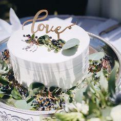 ウェディングケーキにはどんな種類がある?決め方のポイントや人気デザインをご紹介! | ARCH DAYSウェディングケーキ / WEDDING | ARCH DAYS Hawaiin Wedding Cake, Late Night Snacks, Wedding Cupcakes, Mini Cakes, Catering, Wedding Photos, Reception, Place Card Holders, Sweets