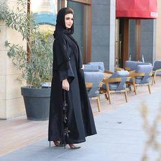 sir size M Modest Wear, Modest Dresses, Abaya Fashion, Muslim Fashion, Modern Abaya, Black Abaya, Arabic Dress, Abaya Designs, Hijab Chic