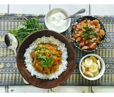 A hearty vegetarian curry with a sweet twist and a fresh tomato and onion salsa on the side Garam Masala, Chana Masala, Easy Healthy Recipes, Easy Meals, Sweet Potato Curry, Vegetarian Curry, Lentil Curry, Curry Recipes, Lentils