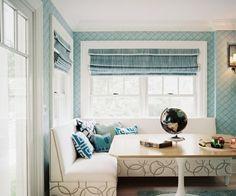 blau-weiße-Küche-gemütliche-Sitzecke-gestalten