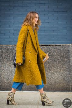 winter outfit ideas Sofia Sanchez de Betak at the fashion shows. The post New York Fashion Week FW 2016 Street Style: Sofia Sanchez de Betak appeared first on STYLE DU MONDE Fall Fashion Outfits, Casual Fall Outfits, Fall Fashion Trends, Fashion Week, Star Fashion, Winter Fashion, Fashion Boots, Women's Fashion, Colorful Fashion