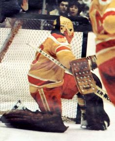 A star with both the Toronto Maple Laffs & Philadelphia Flyers, Bernie Parent backstopped the Philadelphia Blazers' inaugural season Hockey Goalie, Hockey Games, Hockey Players, Ice Hockey, Bernie Parent, Hockey Room, Stars Hockey, Philadelphia Sports, Goalie Mask