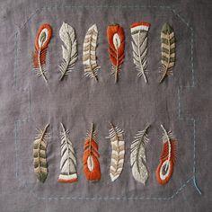 『鳥の羽根』の刺繍出来た~😍 非常~~に難しかったです😂😂 サテンステッチはもちろんのこと、白いチャコペーパーの跡が綺麗に消えず、ちょっぴり洗剤に浸けたら、かえってシミみたいに広がってしまいました😱無理に消そうとしてはいけませんね。 あと、アイロンもちょっと強めだったかな?😅…