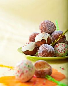 Nopeat rahkamunkit // Quick Mini Doughnuts with Orange zest Food & Style Riikka Kaila Photo Timo Villanen Maku www. Mini Doughnuts, Sweet And Salty, Something Sweet, No Bake Cake, Fudge, Sweet Tooth, Deserts, Dessert Recipes, Sweets