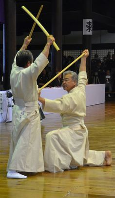 "According to the oral history of Shintō Musō-ryū jojutsu, the art was developed by Musō Gonnosuke after he lost to Miyamoto Musashi, being unable to defeat Musashi's ""cross-block"". Gonnosuke retired to ponder how to defeat this technique; the result is shown here."