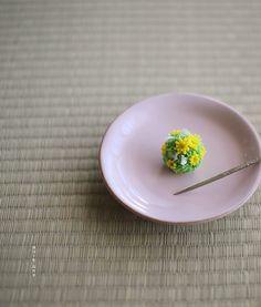 today, I made japanese confectionery nerikiri which express yellow Adonis ▫️▫️▫️▫️▫️▫️▫️▫️▫️▫️▫️▫️▫️▫️▫️▫️ おはようございます☀ 引き続き、寒さ厳しい横浜です。 . 和菓子を習い始めて、聞いたこともない花をたくさん習いました。 で、その度、ぐぐって写真を見て、 イメージしながら作るのですが、 実際見たことがないので、いまいちピンとこなくて、、 . この福寿草も、全く知らなかった花なのだけど、 まだ雪の残った土の合間に咲いている、パキッとした黄色の花の画像が可愛らしくて、 . 今日は練り切りで作ってみました。 中身は自家製白あんにして お抹茶のお供に美味しく戴きました。…
