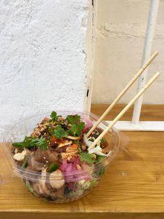 El poké triunfa en Estados Unidos por fresco, sano, rápido y asequible. Mientras se abre paso en España, te enseñamos a preparar este plato hawaiano que mezcla arroz, pescado marinado y todo tipo de añadidos.