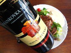 Hovädzia roštenka, zeleninový šalát a pohár Frankovky na obed ... www.vinopredaj.sk ................ #obed #dinner #jedlo #food #delikatesy #frankovka #vino #wine #wein #rostenka #salat #salat #rukola #inmedio #vinoteka #wineshop #delishop