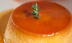 Bruno Oteiza nos propone una receta de flan de mandarina. Además sirve este postre decorado con unas originales velas de mandarina.