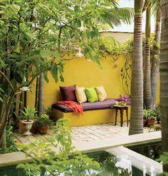 Mur jaune pour ajouter de la couleur au jardin en hiver...Bonne idée