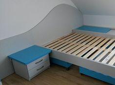 Nová široká lůžka nahradila dvojice postelí v každém pokojíku.