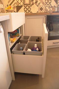 Poubelle de tri sous évier dans la cuisine avec tiroir. Multi bac gris. Architecture, Home, Photos, Lingerie, Design, Style, Tiny Kitchens, Recipes, Gray
