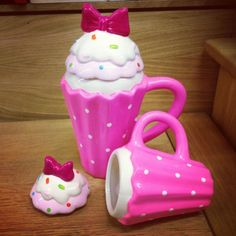 Cupcake mugs too stinking cute Café Chocolate, Hazelnut Cake, Cute Cups, Love Cupcakes, Cute Kitchen, Cool Mugs, Teapots And Cups, Everything Pink, Mug Cup