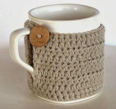 MUNDO ROSSA - ARTESANÍAS Y CAPRICHOS : CUBRE TAZAS (para tener las mano calientes) Crochet Coffee Cozy, Crochet Cozy, Crochet Gifts, Craft Show Ideas, Craft Sale, Crafty Craft, Crochet Projects, Crochet Patterns, Mugs