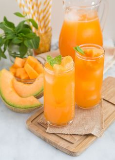 Cantaloupe Agua Fresca - a simple mixture of fruit puree, water, lime juice and a dash of sugar and youve got the perfect summertime drink. Food and Drinks Juice Smoothie, Smoothie Drinks, Healthy Smoothies, Healthy Drinks, Healthy Detox, Summertime Drinks, Summer Drinks, Cocktail Drinks, Summer Drink Recipes