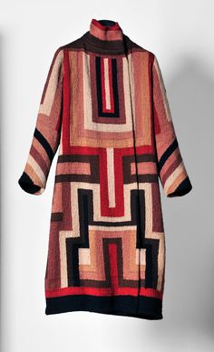 Sonia Delaunay: This Russian artist was brilliant with her use of colors, cubism, and geometric shapes. Not only did she design clothes but also textiles, porcelain and furnishings. 20s Fashion, Moda Fashion, Fashion History, Fashion Models, Vintage Fashion, Fashion Art, Sonia Delaunay, Robert Delaunay, Vintage Coat