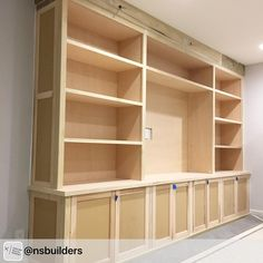 Family Room Built-In - Building and Installing The Shelves - Remodelando la Casa Diy Built In Shelves, Built In Shelves Living Room, Living Room Wall Units, Built In Bookcase, Built In Cabinets, Build In Shelves, Bookshelves, Lp Regal, Home Theather