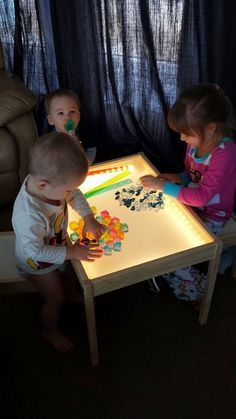 Hobby Mommy Creations: DIY Light Table - IKEA Hack Definitely doing this someday! Diy Light Table, Light Table For Kids, Diy Luz, Diy Lampe, Diy Toys, Toddler Activities, Sensory Activities, Diy For Kids, Kids Playing