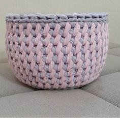 By I saw at 💕video ◀️◀️◀️◀️ Diy Crochet Basket, Crochet Bowl, Knit Basket, Crochet Yarn, Crochet Stitches, Crochet Patterns, Hello Kitty Purse, Cotton Cord, Crochet Storage
