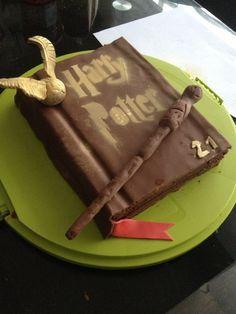 Bonjour, Voici aujourd'hui les photos et la recette pour un gâteau Harry Potter ! Il est relativement simple à réaliser mais permet de faire une belle impression et faire plaisir à tout les fans de Harry Potter ( ce qui fût le cas le jour où nous l'avons...