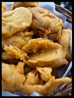Onion Pakoras, the Indian snack time treat. Gluten free with chickpea batter! Find the Onion Pakora and Green Chutney Dip recipe here Indian Snacks, Indian Food Recipes, Asian Recipes, Cilantro Recipes, Dip Recipes, Green Chutney, Apple Pie, Onion, Dips