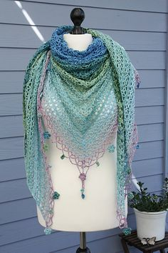 Jardin de Monet - free crochet shawl pattern (with charts) in English, French and German by Silvia Bangert.