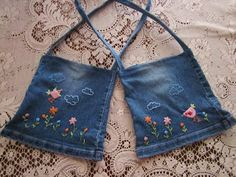 Here is a pair of denim jean bags made to welcome spring! They would also make cute Easter bags. Cut out from the legs of jeans, these b. Denim Handbags, Denim Tote Bags, Denim Purse, Diy Jeans, Jean Diy, Artisanats Denim, Blue Jean Purses, Jean Backpack, Denim Crafts
