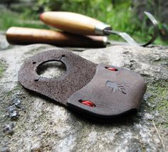 Carving is hard on the digits, and not many of us have the calluses of an old lumberjack. Slip on our tough leather thumb guard and your thumb will be well prot