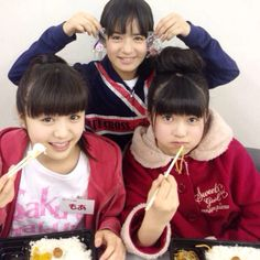 Full picture of Moa eating with the cuties