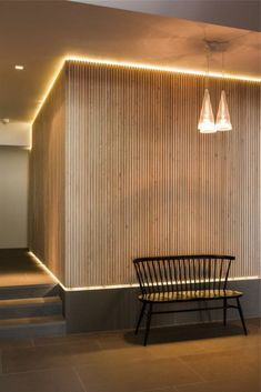 L'éclairage indirect, 52 super idées en photos! indirect lighting for the corridor with wooden wall Wood Slat Wall, Wooden Wall Panels, Wooden Walls, Wood Slats, Wood Wood, Interior Walls, Interior Lighting, Interior Design Living Room, Interior Ideas