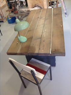 Tavolo con piano in castagno invecchiato, le stuccature bilanciano la superficie creando un gioco di luci