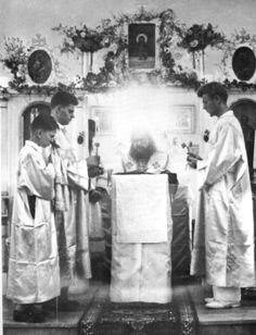 Surrounded by the Uncreated Light — St John Maximovich Serving in Tunis, 1952 Orthodox Catholic, Orthodox Christianity, Miséricorde Divine, Orthodox Icons, Christian Faith, Christian Artist, Shanghai, Saints, Spirituality