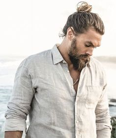 Jason Momoa man bun is very much famous and makes all men very handsome, good looking and ofcourse very ,uch hot and sexy. Jason Momoa Aquaman, Lisa Bonet, Man Bun Styles, Actrices Hollywood, Raining Men, Charlie Hunnam, Bearded Men, Gorgeous Men, Beautiful People