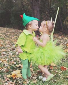 Make Halloween special for your kids withDIY Costumes. Here are the best DIY Halloween Costumes for Kids in 2019 inspired from books, movies, food & comics. Disfarces Halloween, Sister Halloween Costumes, Halloween Mignon, Family Halloween Costumes, Couple Halloween, Fantasia Tinker Bell, Brother Sister Halloween, Brother Sister Costumes
