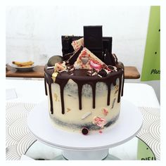 33 Likes, 0 Comments - Floss Cakery Chocolate Ganache Filling, Chocolate Cake, Celebration Cakes, Peppermint, Birthday Cake, Dinner, Videos, Party, Desserts