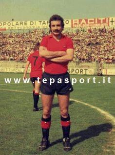 Tantissimi auguri al mitico Erasmo Iacovone  (Capracotta, 22 aprile 1952 – San Giorgio Ionico, 6 febbraio 1978)  E' stato un calciatore italiano, di ruolo attaccante, deceduto ancora in attività, a 25 anni, a causa di un incidente stradale, mentre militava nel Taranto F.C. 1927.  A noi piace ricordarlo così, Campione di un calcio che non c'è più ... ⚽️ C'ero anch'io ... http://www.casatepa.it/  Made in Italy dal 1952