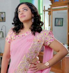 Nithya Menen, South Indian Actress, Smile Face, Stylish Girl, Beautiful Actresses, Indian Actresses, Desi, Saree, Awkward