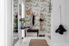 Cómo decorar pasillos: 8 ideas para tu casa - La cartera rota Door Entryway, House Ideas, Stunning Wallpapers, Cozy Corner, Classic Interior, Better Homes, Beautiful Interiors, Interior Design Inspiration, Wall Colors