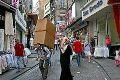 PHOTO: Turkish man carries cargo on his back through the cobblestone streets of Istanbul