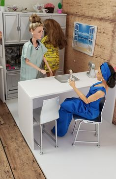 Barbie Family, Girls Time, Barbie Stuff, Toys Photography, Diy Dollhouse, Friends Family, Diorama, Kitchen Decor, Photo Galleries