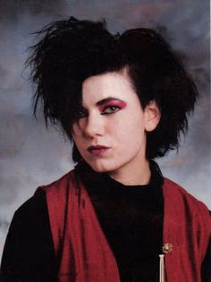 More Goths of the Siouxsie Sioux eyes, Ian McCulloch hair and lots and lots of black. Crank up the Bauhaus and release the bats! ( Via Now This Is Gothic) Mode Alternative, Alternative Makeup, Alternative Outfits, Alternative Fashion, 90s Grunge Hair, Grunge Goth, Vintage Goth, 80s Goth, Punk Goth