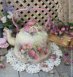 I will show you how to decoupage a lovely tea box from. I used decoupage glue and paper napkins. Shabby Chic Mode, Casas Shabby Chic, Shabby Chic Vintage, Shabby Chic Crafts, Shabby Chic Interiors, Shabby Chic Kitchen, Shabby Chic Style, Shabby Chic Furniture, Shabby Chic Decor
