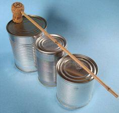Basteln mit Kindern: Basteln Sie aus leeren Konservendosen ein Schlagzeug. Mit diesem selbst gemachten Musikinstrument kann ihr Kind mit einem Korken-Klöppel trommeln.